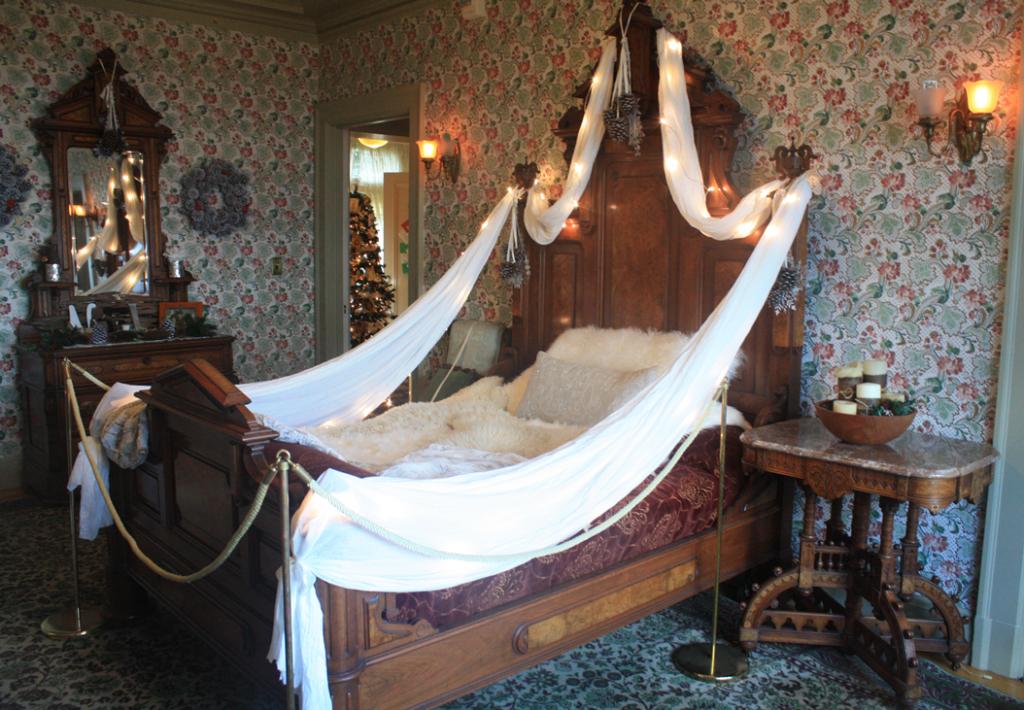 Kates-Room-Holiday-Decor Cozy Cabin